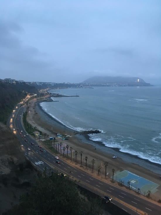 La plage et la ville de Lima