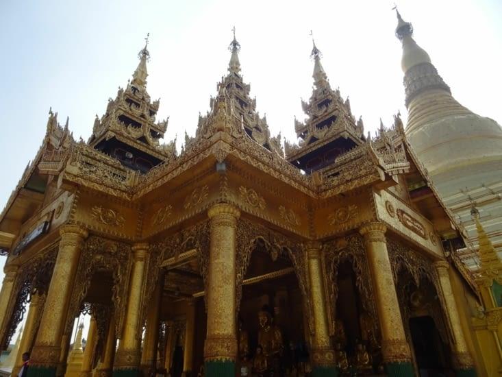 La pagode Shwedagon (à droite)