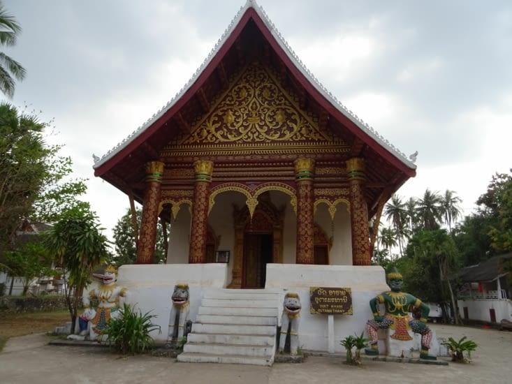 Temple laotien, avec démonstration de haka sur ses côtés