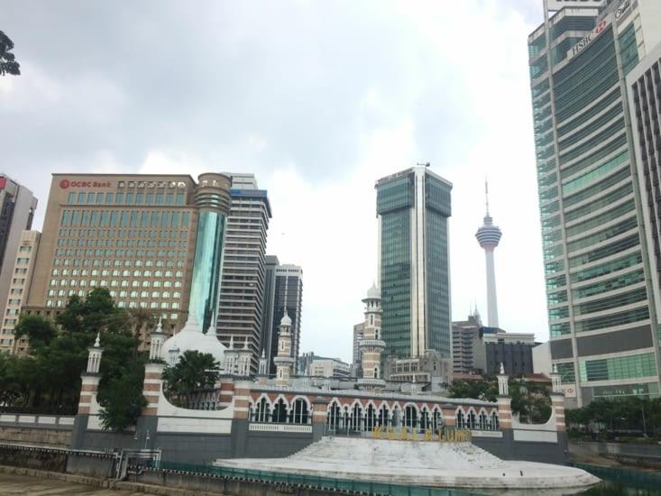 Une mosquée au milieu de tous ces bâtiments