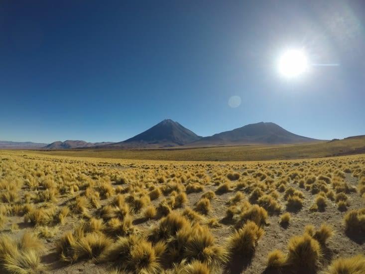 Pause petit-dèj' avec vue sur le volcan Licancabur (5900m de haut)