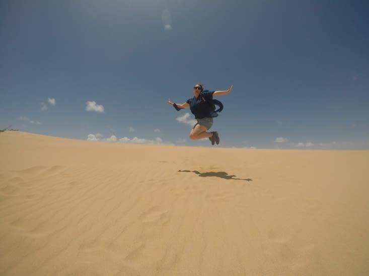 Faire les cons dans le sable - Coralie