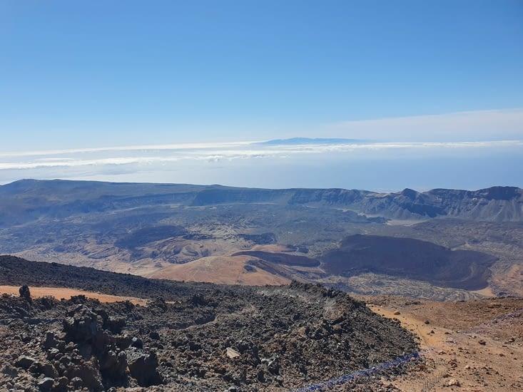 en haut du Teide et au loin la Goméra
