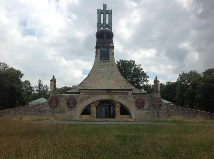 """Mémorial  construit  selon l'art nouveau .il est dénommé  """"TUMULUS DE LA PAIX """","""