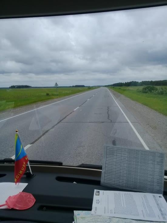 La route toujours de la Siberie Occidentale