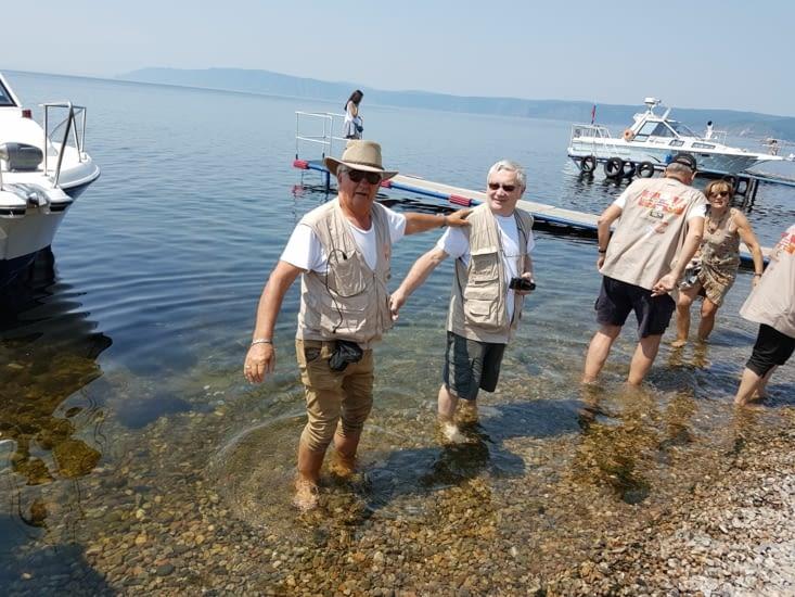 Bain de pied dans le lac: l'eau est à 10 degres!