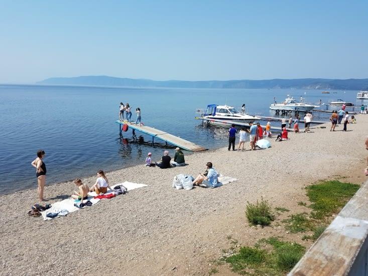 Une plage au bord du lac