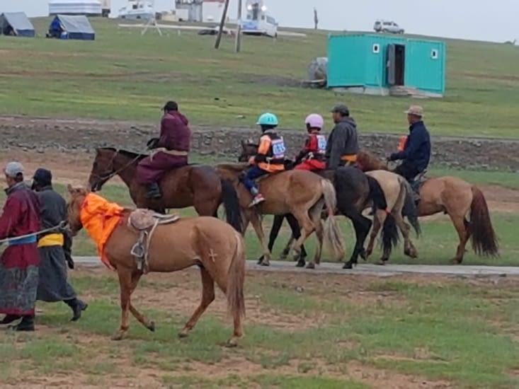 Des cavaliers se préparent pour le depart
