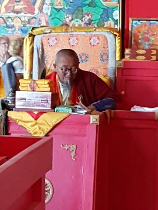 Un moine Boudhiste pendant une office religieuse