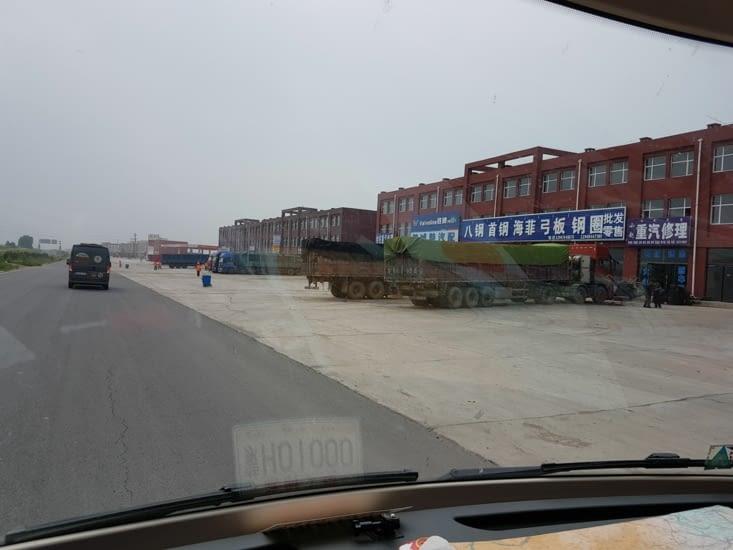 Beaucoup  de dépôts et de camions le long de la route