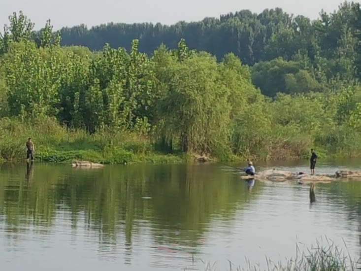 Des pêcheurs sur la rivière