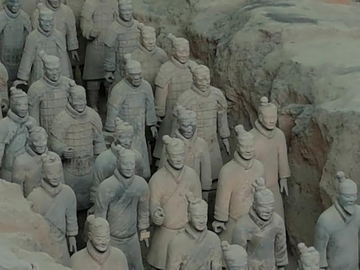 Les 7000 soldats en terre cuite chargés  de protéger le 1er Empereur lors de sa mort!