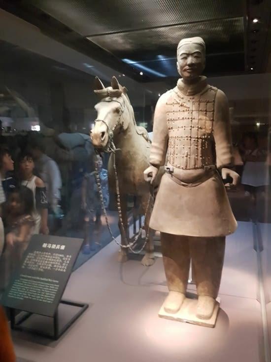 Un soldat avec son cheval