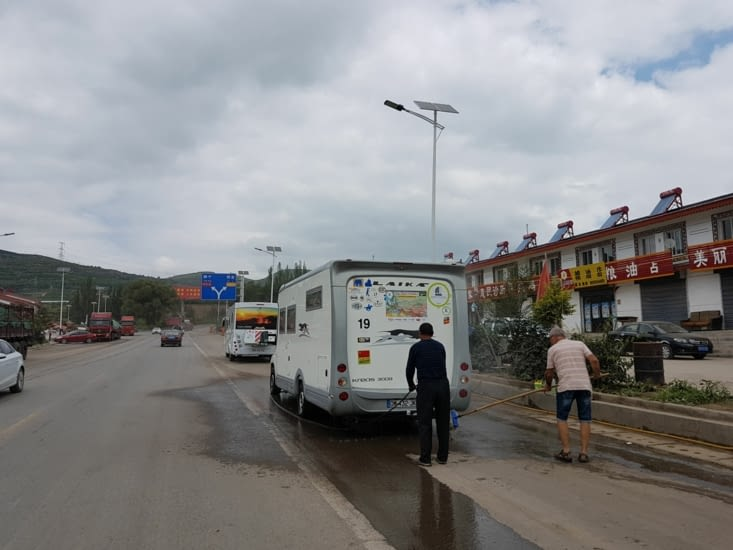 Certains profitent des points de lavage des camions pour laver leur CC