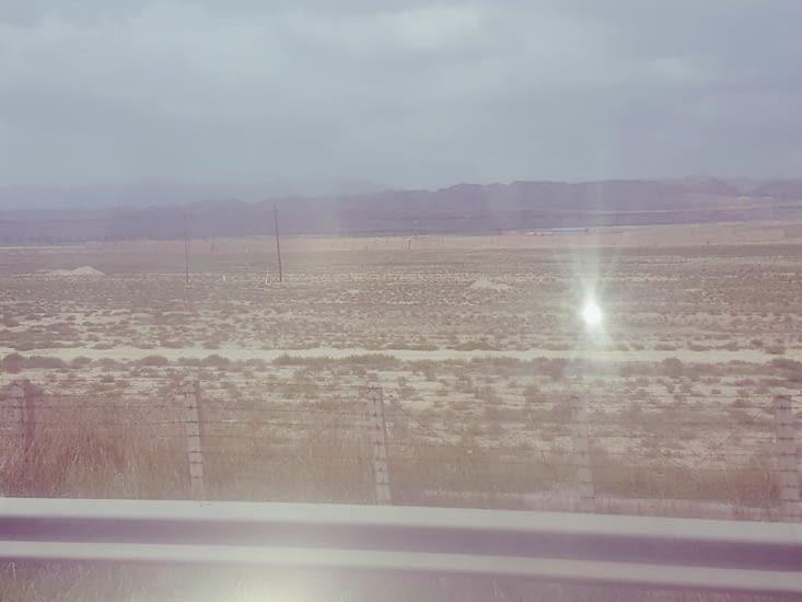 A nouveau une zone désertique et au 1er plan, bande jaune,des restes de la Grande muraille