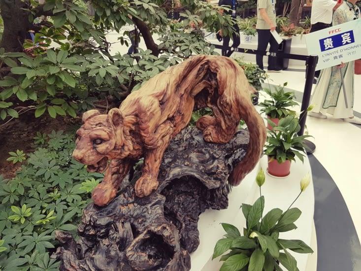 Collection de bois brut partiellement sculpté