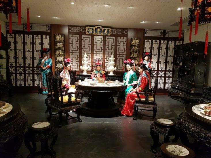Collection de meubles rare dans un décor d'epoque