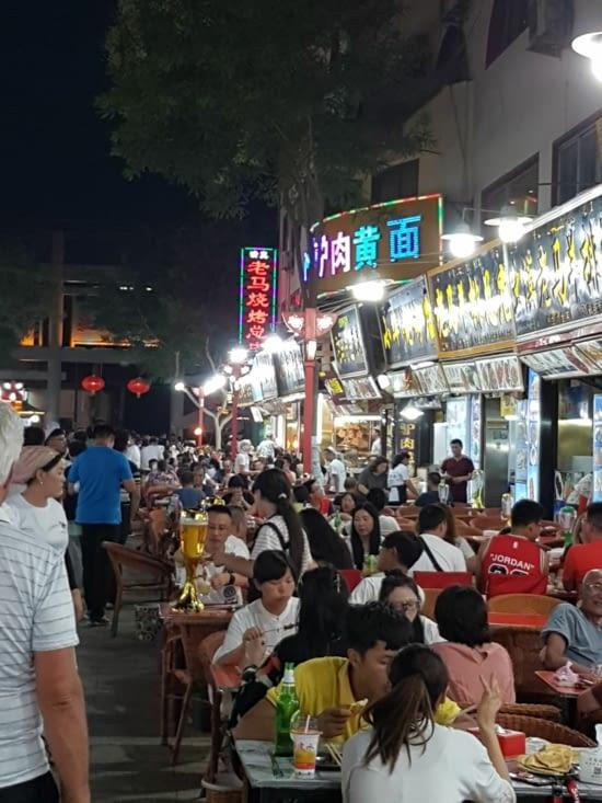 Balades, le soir, dans les rues animées de DUNHUANG