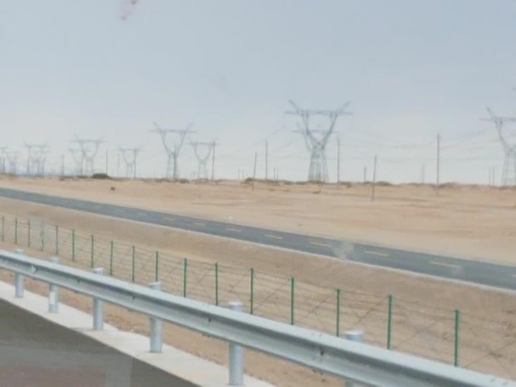 Dans le désert on voit des forêts de pylônes électriques!