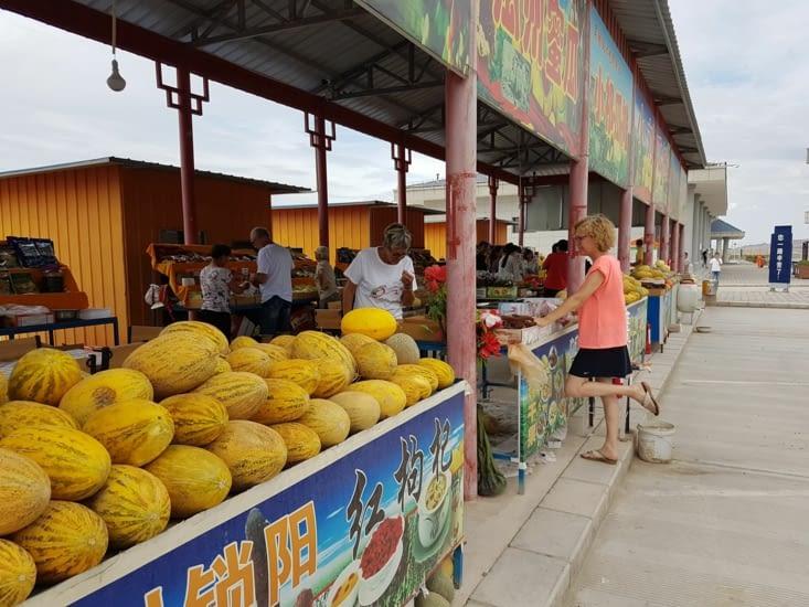 Un petit marché dans une station service