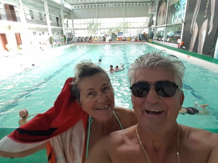 On profite de la piscine de l'hotel