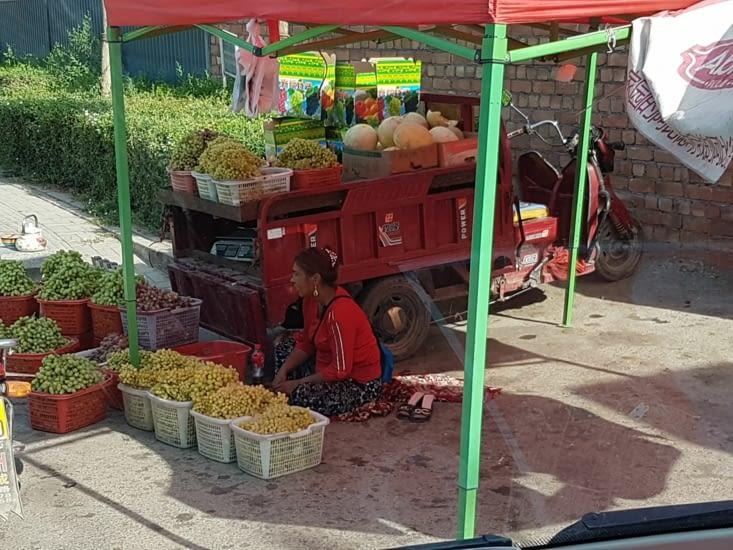 Achat de raisin sur le bord de la route