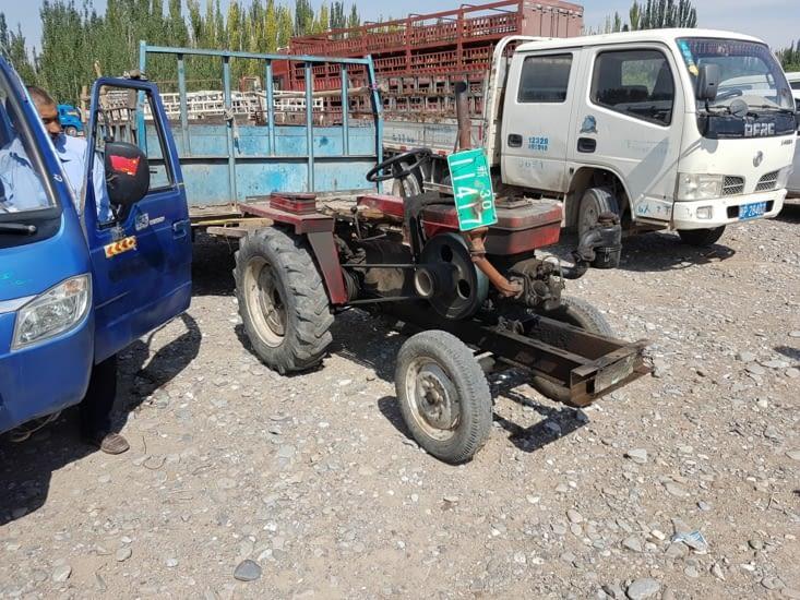 Vieux tracteur au marché