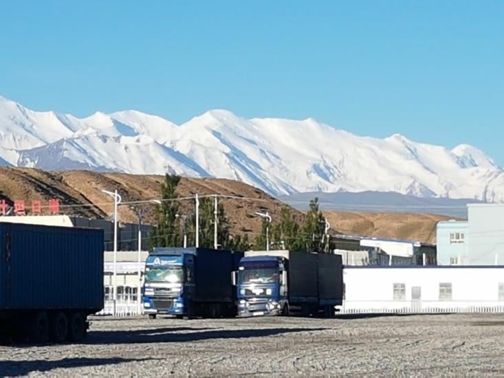 Paysage du Kirghzstan vu du poste de frontière de la Chine