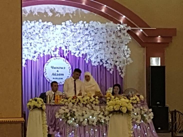 On a été invité au mariage qui se déroulait dans la salle tout près de nos CC!