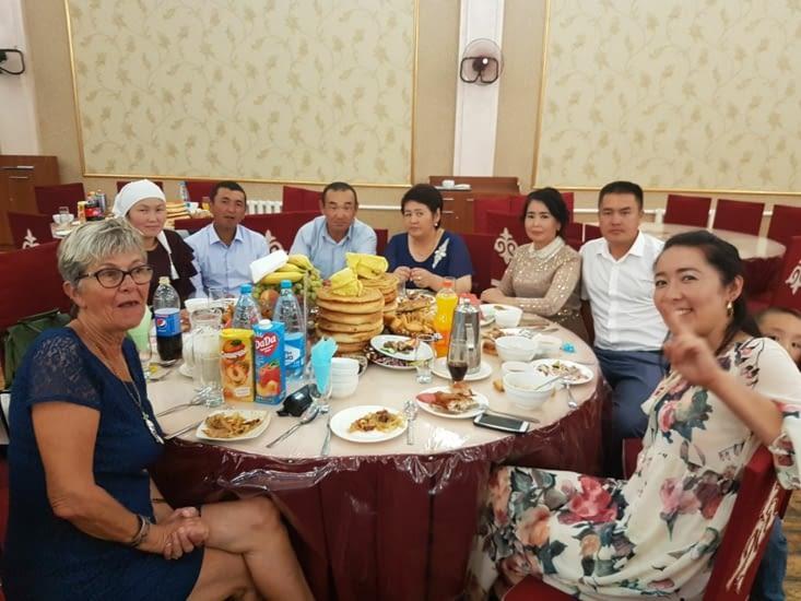 On a été invité à une table afin de dîner avec eux!
