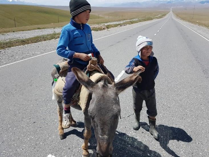 Sur la route on rencontre beaucoup d'enfants sympatiques