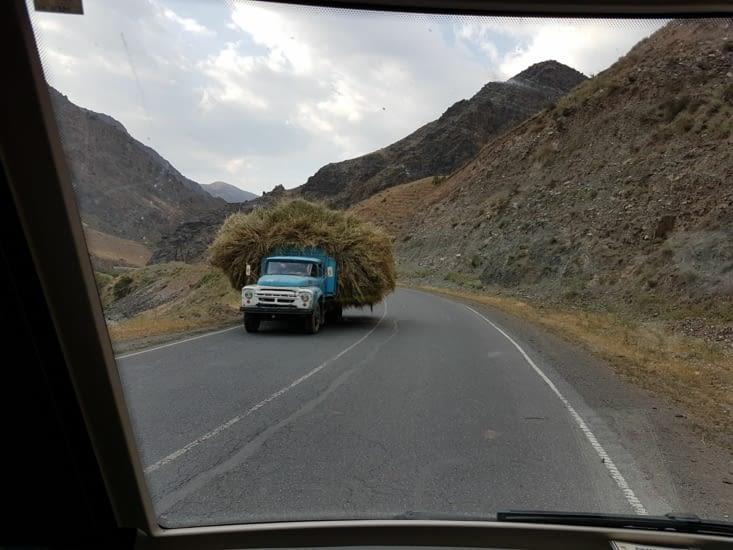Un exemple de chargement de camion courant sur la route!