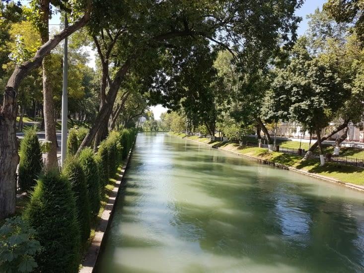 Canal qui traverse le parc.