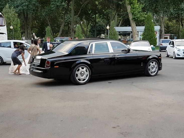 Encore un mariage l'hotel avec une voiture luxueuse