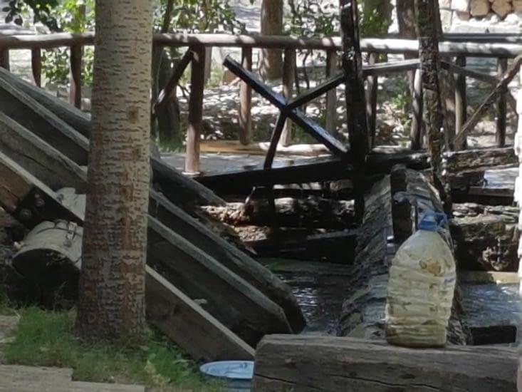 Broyage des fibres par un moulin a eau