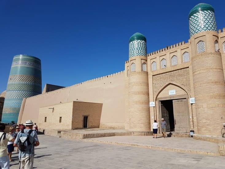 Mosquée avec minaret inachevé