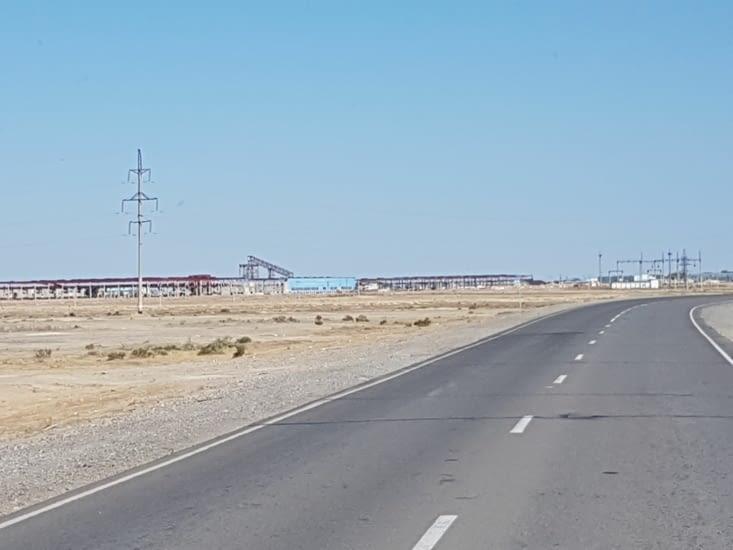 Usine de gaz et de pétrole dans le desert