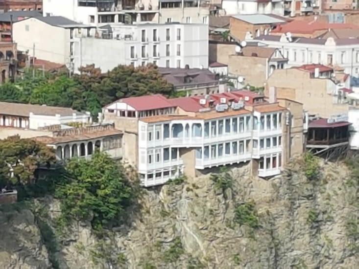 Immeubles accrochés aux falaises le long de la rivière