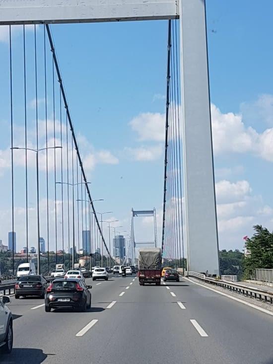 Le pont au dessus du Bosphore qui sépare l'Europe du Moyen Orient