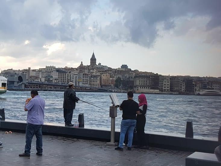Pêche sur le port du vieux Istanbul