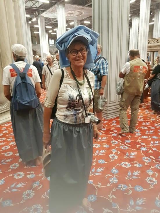 Tenue de Monique pour visiter la Mosquée Bleue