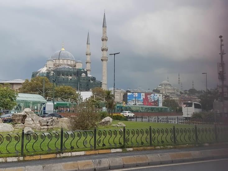 Vue extérieure Cathedrale et de la Mosquée en arrière plan