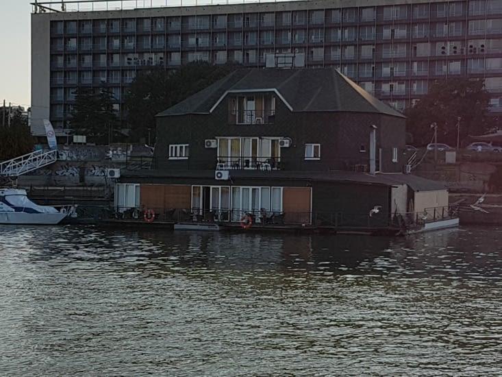 Restaurant ou maison flottante?