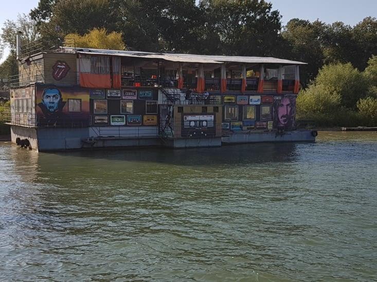 Beaucoup de bars et restaurants flottants