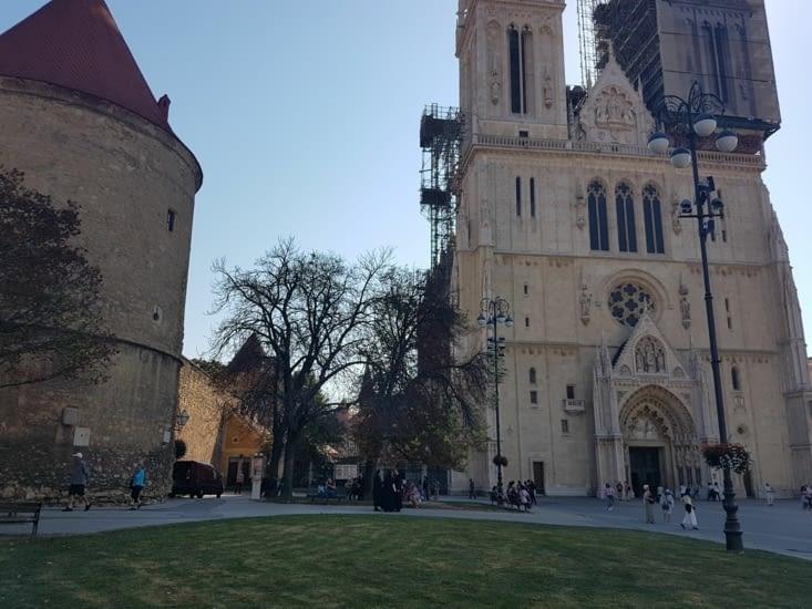 Facade de la Cathedrale et ses remparts