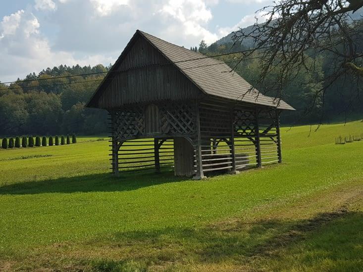 Abri pour le bois et la paille