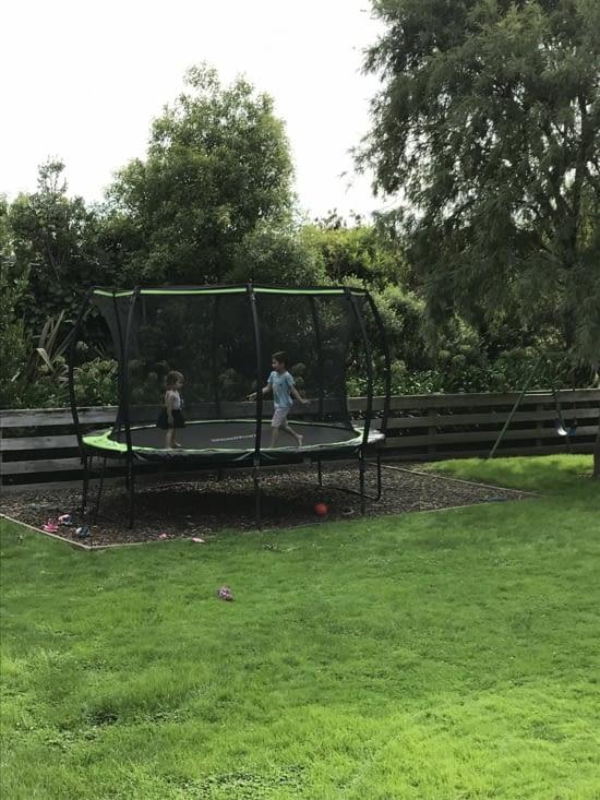 A peine arrivés à Nelson, un trampoline attendait les enfants! Ils adorent ça!!!!