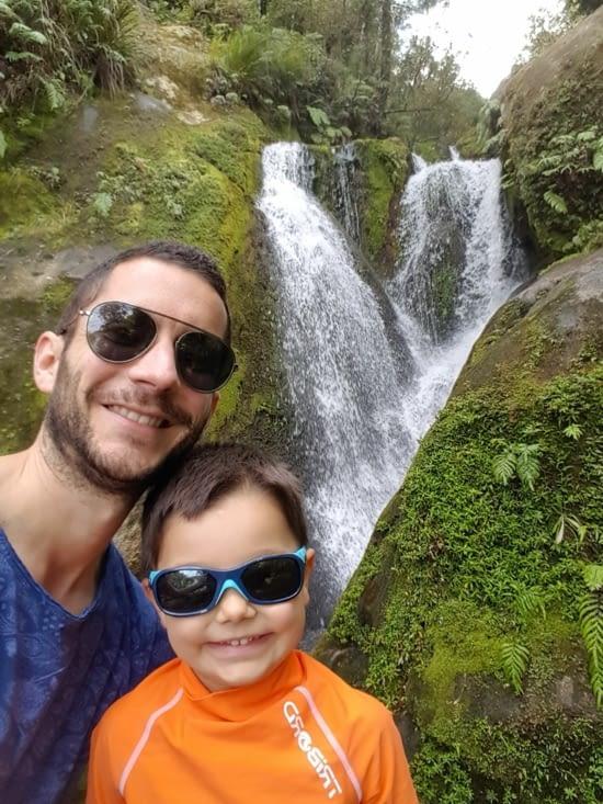 Tiago et papa monte à la cascade!