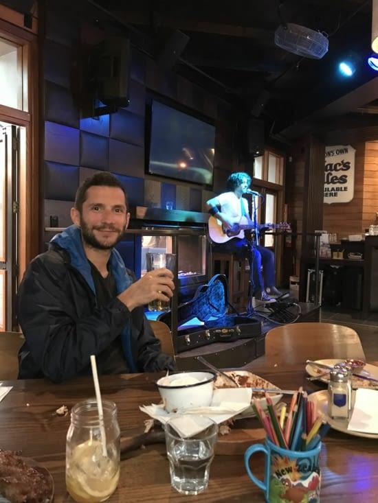 Soirée dans un pub avec un chanteur - musicien