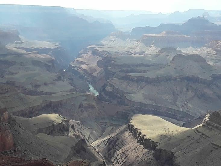 Au milieu coule une rivière. ......... Le colorado